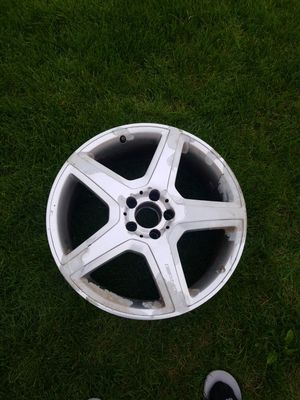 Mercedes benz cls wheel cracked for parts front wheel 19inch for Sale in Chicago, IL