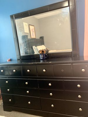 Dresser with mirror. for Sale in Des Moines, IA