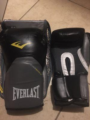 Everlast boxing gloves 14oz for Sale in Laredo, TX