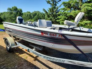 1987 17ft crestliner Viking fishing boat w/ aluminum trailer & like new minn Kota trolling motor for Sale in Rochert, MN