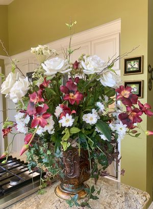 BEAUTIFUL LARGE FLOWER ARRANGEMENT for Sale in Laguna Niguel, CA