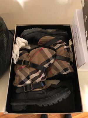 Burberry snow boot size 9 for Sale in Brooklyn, NY