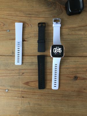 Fitbit Versa with charger and extra bands for Sale in Boca Raton, FL