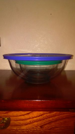 2 Pyrex bowls and lids for Sale in Las Vegas, NV