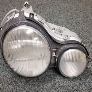 1998 Mercedes Benz E320 Headlight Passenger for Sale in Snohomish, WA