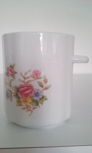 PORCELAIN WHITE VASE WITH ONE HANDLE, RED FLOWERS for Sale in HALNDLE BCH, FL