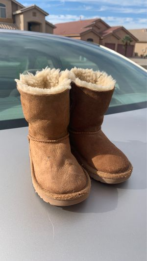Baily bow size 9 ugg little girls boots $15 for Sale in Chandler, AZ