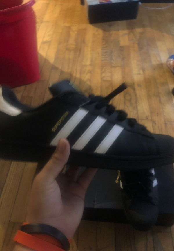 adidas shell toe low top superstars size 11/5