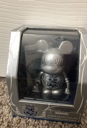 """25th anniversary Disney 3"""" collectible figure & pin for Sale in Fresno, CA"""