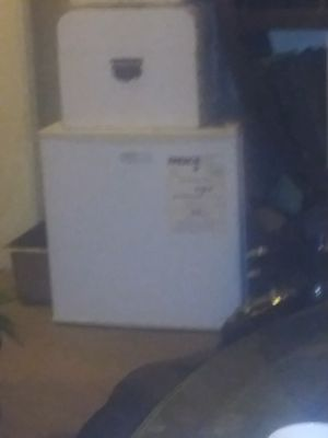 Emerson White Mini Bar Frig and Freezer for Sale in Long Beach, CA
