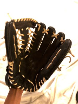 """SOFTBALL. Worth m130 13"""" Right hand thrower GLOVE for Sale in Denver, CO"""