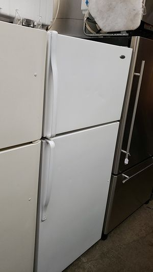 Amana 16 ft³ were frigerator top freezer frost free just a wire shelves single crisper with cover for Sale in Portland, OR