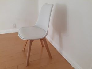 White chairs,set of 4 for Sale in West Hollywood, CA