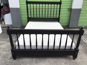 Bed Complete with frame and pillow top mattress and box spring queen size for Sale in Kissimmee, FL