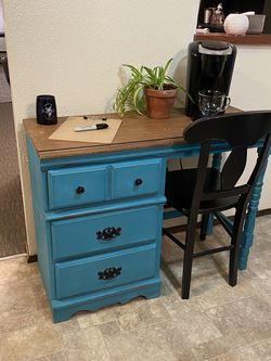 Desk & Round Kitchen Table for Sale in Puyallup,  WA