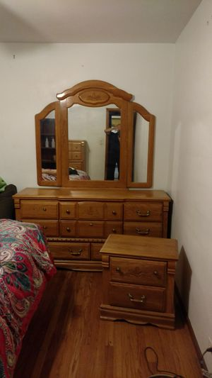 American heritage solid oak queen 5 piece bedroom set for Sale in Chicago, IL