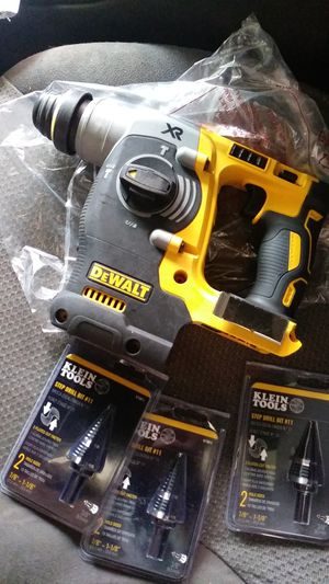 Dewalt hammer drill and 3 klein step drill bits #11 for Sale in Irving, TX
