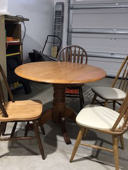 Oak Drop Leaf Pedestal Table With 4 Coordinating Chairs for Sale in Gibsonia,  PA