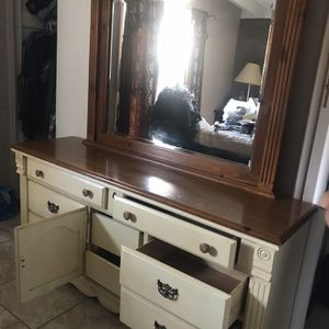 Dresser With Mirror for Sale in Exeter, CA
