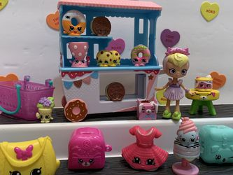 SHOPKINS DONATINA DONUT DELIGHTS PLAYSET - 1 DOLL, 10 SHOPKINS, 1 Basket, 2 Containers, Dress, Purse, Table And donut Cart for Sale in Modesto,  CA