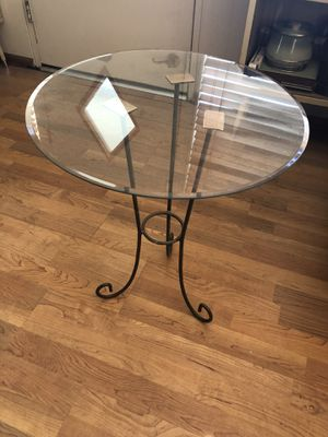 End table glass top with metal decorative leg for Sale in Palm Springs, CA