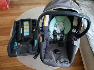 Car seat with base. for Sale in Chicago, IL
