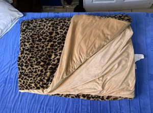 55 times 80, 15lbs Faix Fur weighted blanket w removable cover leapard for Sale in Placentia, CA
