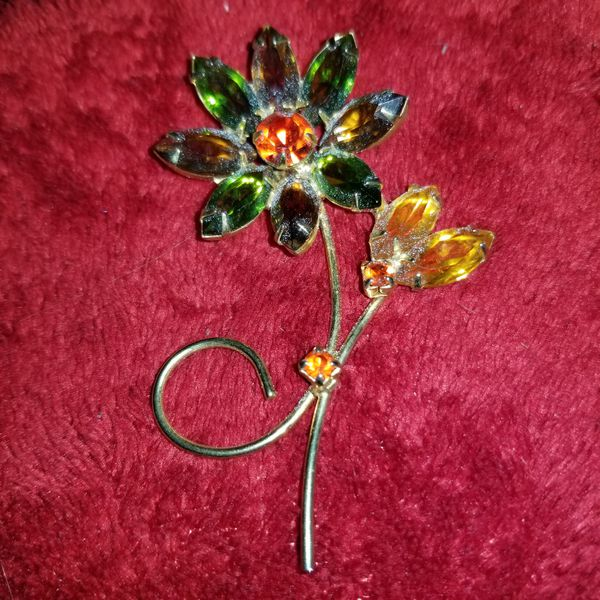 AUTHENTIC ESTATE JEWELRY MULTI COLORED, MULTI FACETED, CRYSTAL GEMSTONE FLOWERED BROACH PIN