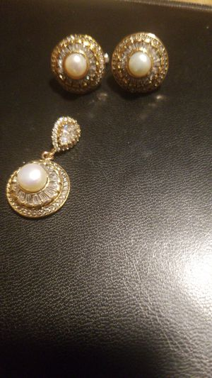 STUNNING real pearl with TOPAZ EARRINGS with MATCHING pendant for Sale in FAIRFAX, VA