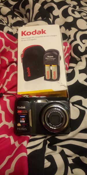 Camera kodak easy share case and batterys with charger for Sale in Kalamazoo, MI