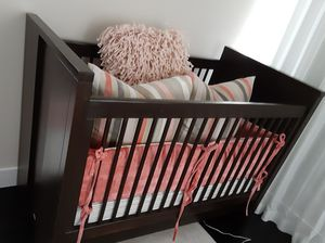 Baby crib NEWPORT COTTAGE CONVERTIBLE CRIB/TODDLER BED WITH MATTRESS for Sale in Las Vegas, NV