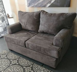 Nice grey fabric suede loveseat • Excellent condition • 🚚 FREE DELIVERY 🚚 for Sale in Las Vegas, NV