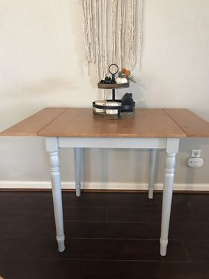 Small dining room table or desk for Sale in Modesto, CA