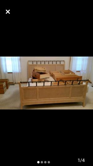 King bed frame for Sale in Chicago, IL