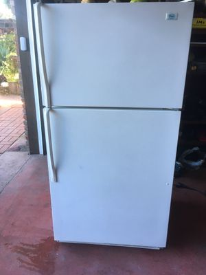Nice clean working refrigerator with top freezer for Sale in Chula Vista, CA