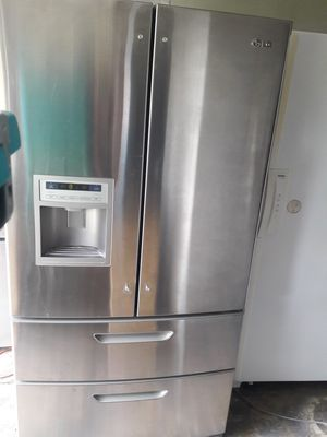 BROKEN 4 DRAWER LG STAINLESS STEEL REFRIGERATOR DOESN'T GET COLD AT ALL $80 for Sale in San Antonio, TX