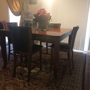 Hight top dining table with a chairs for Sale in Lawrenceville, GA