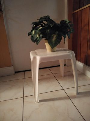 FREE plastic small side table for Sale in Pembroke Pines, FL