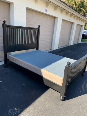 Queen bed frame + box (no mattress) Delivery is negociable for Sale in Coconut Creek, FL