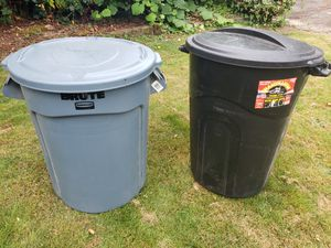 Trash cans with lids. for Sale in Edgewood, WA