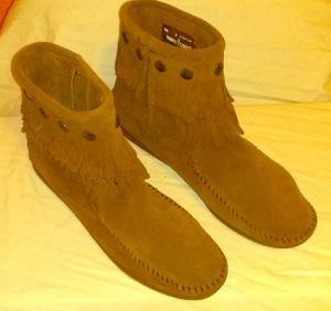 Minnetonka Moccasins 693 - Women's Double Fringe Boot - Side Zip - Dusty Brown Suede Minnetonka moccasins size 7 double fringe Dusty Brown suede for Sale in Abilene, TX