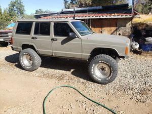 Lifted xj with lockers chrome shafts and axles for Sale in Fresno, CA