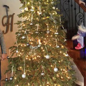 9ft Artificial Tree No Light. With Bag, Bag Has Wheels for Sale in Santa Clarita, CA