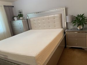 Modern and chic bedroom set for Sale in Carmichael, CA