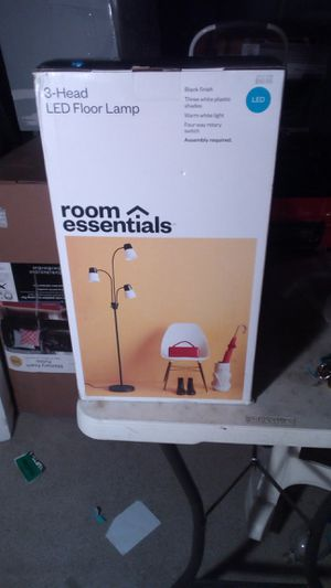 Room essentials- 3 head floor lamp for Sale in Compton, CA