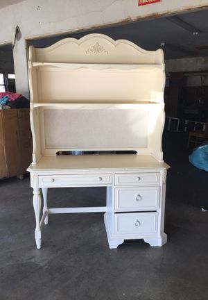 Nice desk with hutch top for Sale in Santa Ana, CA