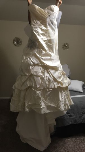 Wedding dress brand new never been worn for Sale in Bacliff, TX