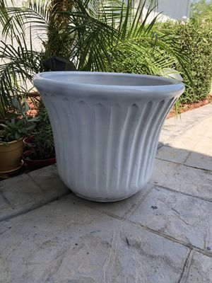Large ceramic pot like new for Sale in El Centro, CA