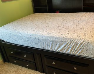 Full Sized Bed And Chest Of Drawers for Sale in Ridgefield,  WA