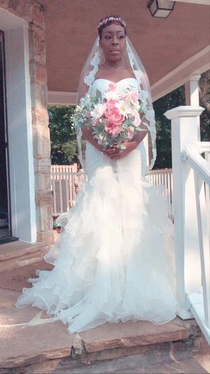 Wedding Dress, Veil and belt dress was purchased at 700.00 belt was 150.00 head pc and veil was 150 for Sale in Baltimore, MD